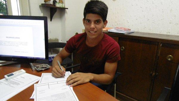 Lautaro Mesa firma con Argentinos Juniors hasta junio de 2019. Twitter