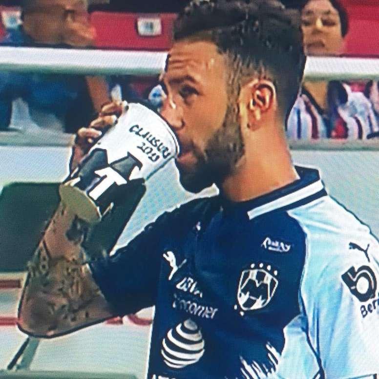 Layún et une bière en plein match. Capture