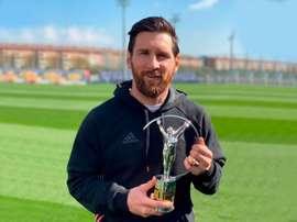 Messi pose fièrement avec son Laureus. Instagram/leomessi