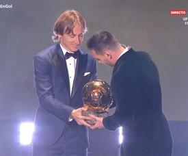 As palavas de Modric ao entregar a Bola de Ouro a Messi. Captura/Gol