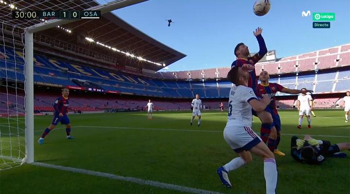 Messi quase coloca a mão na bola contra o Osasuna
