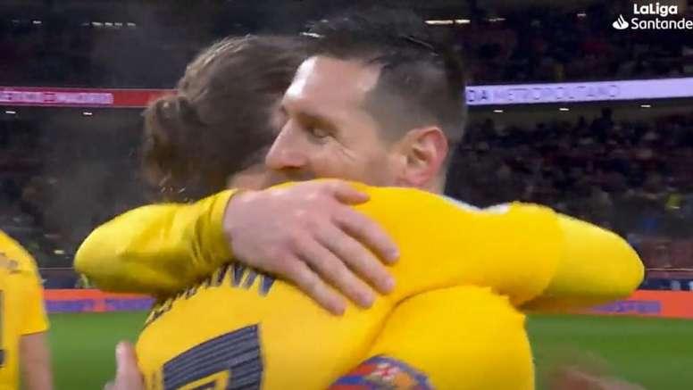 El sentido abrazo de Messi a Griezmann tras su partido más difícil. Captura/LaLiga