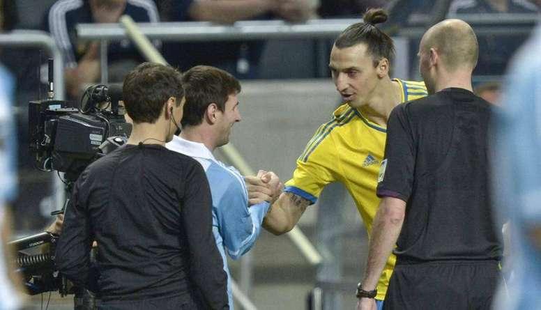 Leo Messi and Zlatan Ibrahimovic shaking hands. EFE