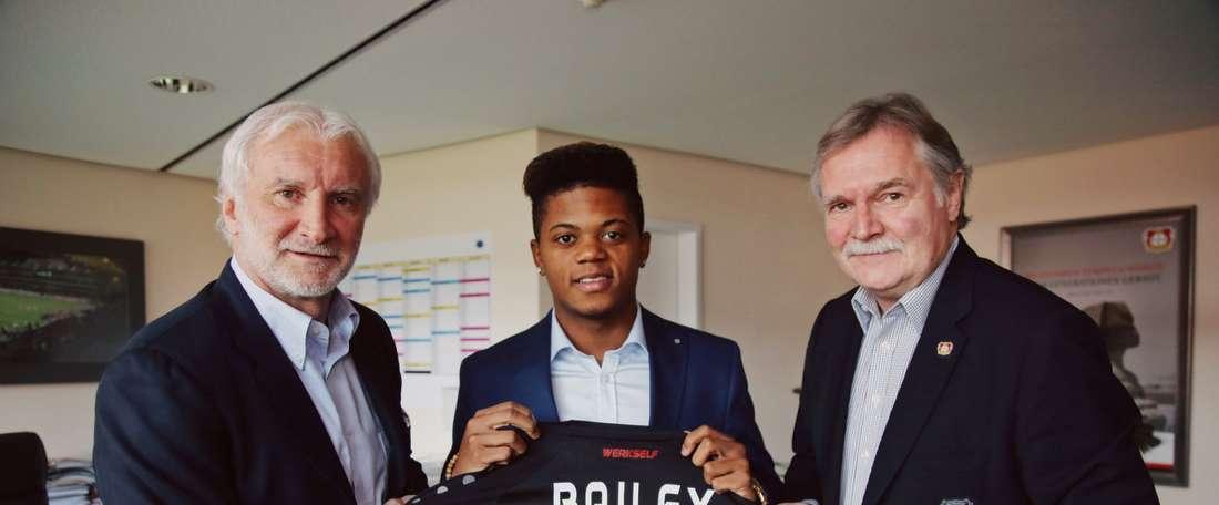 Bailey qui pose avec le maillot du Bayer Leverkusen. Bayer04