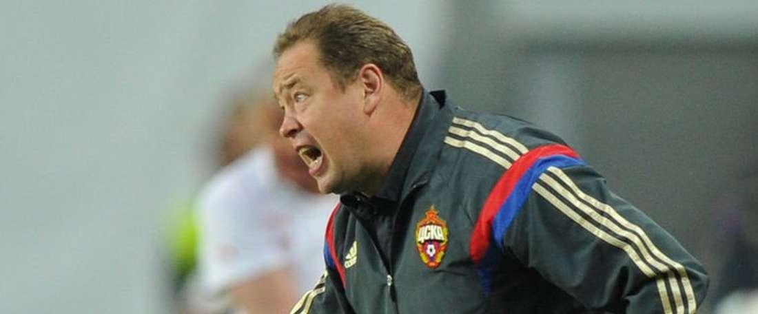 Leonid Slutski vocea a sus futbolistas desde la banda, en la derrota por 2-0 del CSKA ante el Amkar de Perm. Twitter