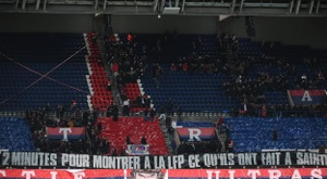 Les Ultras d'Auteuil apportent leur soutien aux supporters stéphanois. S. Mantey/L'Équipe