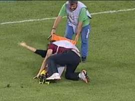 El asistente terminó de lesionar al maltrecho jugador. Twitter