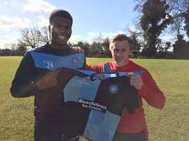 Liburd posa con la camiseta del Wycombe Wanderers. Twitter