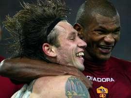 Lima, en la imagen junto a Cassano, celebra un tanto cuando jugaba en la Roma. ASRoma