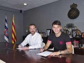 Lluis López firma su nuevo contrato con el Espanyol. Twitter/RCDEspanyol
