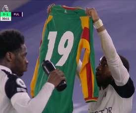 Lookman raised a shirt to remember Papa Bouba Diop. Screenshot/ESPN