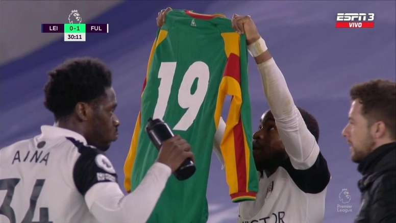 Lookman raised a shirt to remember Papa Bouba Diop. Screenshot/ESPN