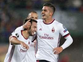 Os homens do jogo: Çalhanoglu e André Silva. Twitter/Milan