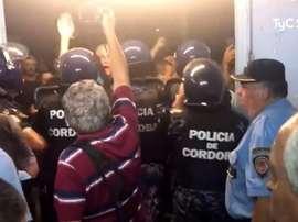 La policía tuvo que impedir la entrada de los aficionados. Captura/TyCSports