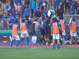 Los aficionados del Anorthosis comenzaron una batalla campal en el campo del Apollon de Limassol y el partido fue suspendido. Twitter.