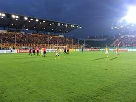 El Dynamo de Dresde llenó de amarillo y negro un fondo del Stadion Oberwerth. Twitter/DynamoDresden