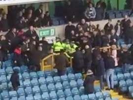 Los aficionados del Millwall se enfrentaron a golpes con la policía. Twitter