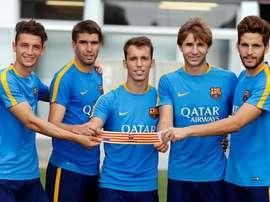 Los capitanes del Barça B posan con el brazalete. Twitter