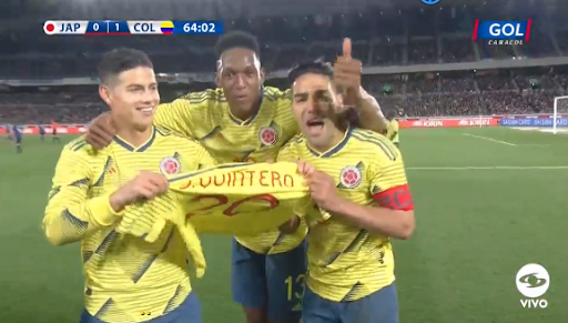 Un but de Falcao célébré avec le maillot de Quintero. GolCaracol