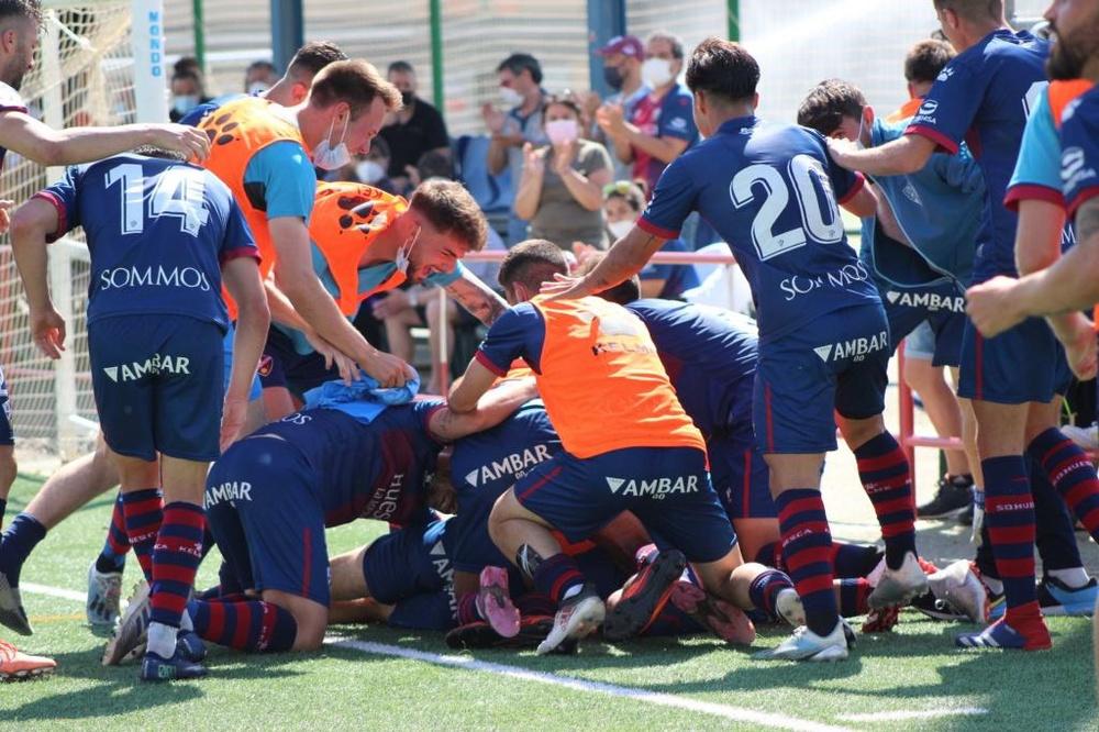 El filial de la SD Huesca ha logrado el ascenso a Segunda RFEF. Twitter/FundAlcoraz