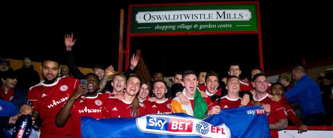 Scott Brown se pasó celebrando el ascenso a la League One. AccringtonStanley