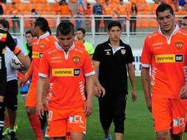Los futbolistas del Cobreloa chileno se marchan cabizbajos a los vestuarios tras un partido. Twitter