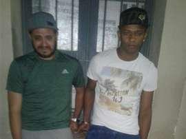 Los futbolistas del Deportivo San Pedro guatemalteco Elisandro Valencia y David Cardona, en el momento de ser detenidos por la policía. Twitter/lrsolares