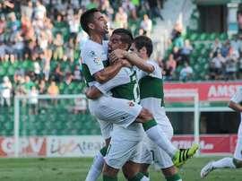 Los futbolistas del Elche celebran el gol de la remontada ante el Rayo en el Martínez Valero. ElcheCF