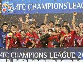 Los futbolistas del Guangzhou Evergrande levantan el trofeo de la Champions League de Asia. Twitter