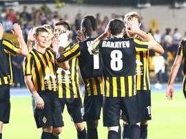 Los futbolistas del Kairat Almaty, entre ellos Andrei Arshavin (2i), celebran uno de los cinco goles anotados al Teuta Durrës en la primera ronda previa de la Europa League 2016-17. UEFA