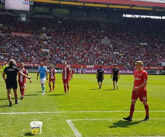 Aunque parezca mentira, así lucieron las gradas en el Kaiserslautern-1860 Múnich.Twitter/Rote_Teufel