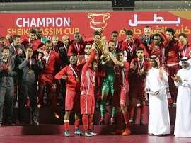 Los futbolistas del Lekwiya levantan la Supercopa de Catar. Twitter