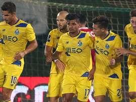 Los futbolistas del Oporto felicitan a Corona por su gol del empate ante el Rio Ave en la primera jornada de la Liga Portuguesa 2016-17. FCPorto