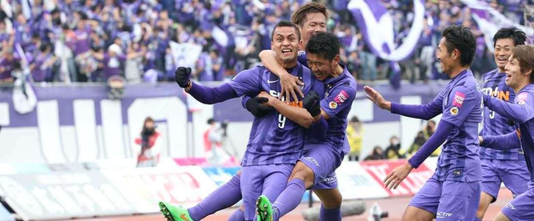 Los futbolistas del Sanfrecce Hiroshima celebran uno de los goles anotados al Gamba Osaka en la ida de la final por el título japonés. Sanfrecce