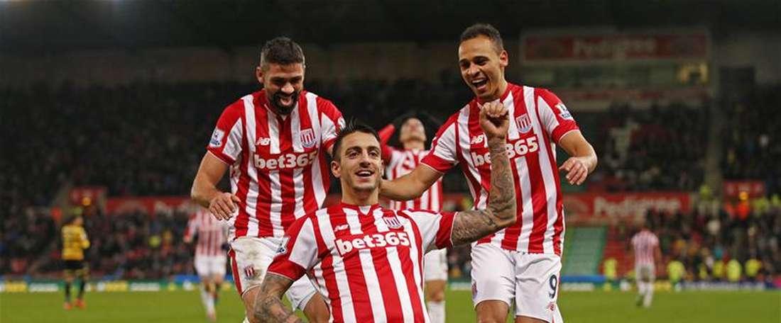 Los futbolistas del Stoke City celebran el primer tanto del encuentro ante el Norwich City. Twitter