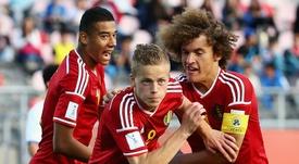Los jóvenes belgas Laurent Lemoine y Wout Faes celebran el gol de Dante Rigo. FIFA