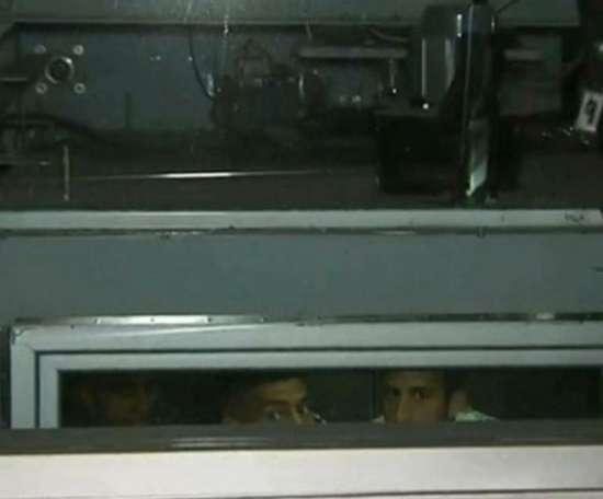 Tévez ficou preso no elevador com cinco companheiros. Captura/TNTSports