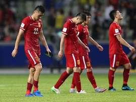 Los jugadores de China se marchan cabizbajos del terreno de juego. Twitter