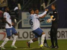 Los jugadores de Emelec felicitan a su portero, Esteban Dreer, tras detener un penalti en la tanda final. Twitter