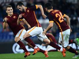 Los jugadores de la Roma felicitan a Pjanic tras anotar un gol. AFP