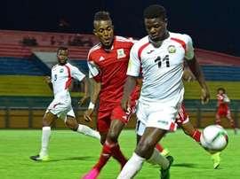 Los jugadores de las selecciones de Kenia y las Islas Mauricio pelean por un balón. Twitter