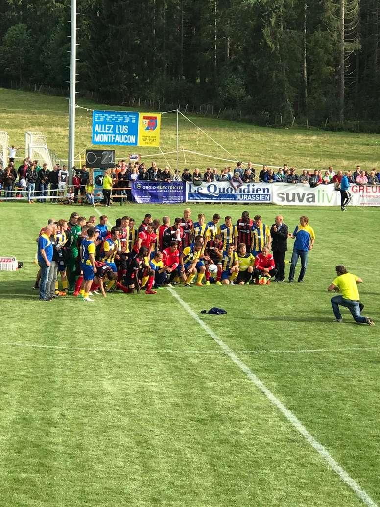 Los jugadores de Neuchatel y Montfaucon posan tras el partido de Copa Suiza. XamaxFCS