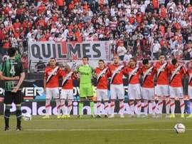 Los jugadores de River, con la camiseta conmemorativa por haber conquistado la Libertadores, y San Martín, antes de empezar el encuentro. Twitter
