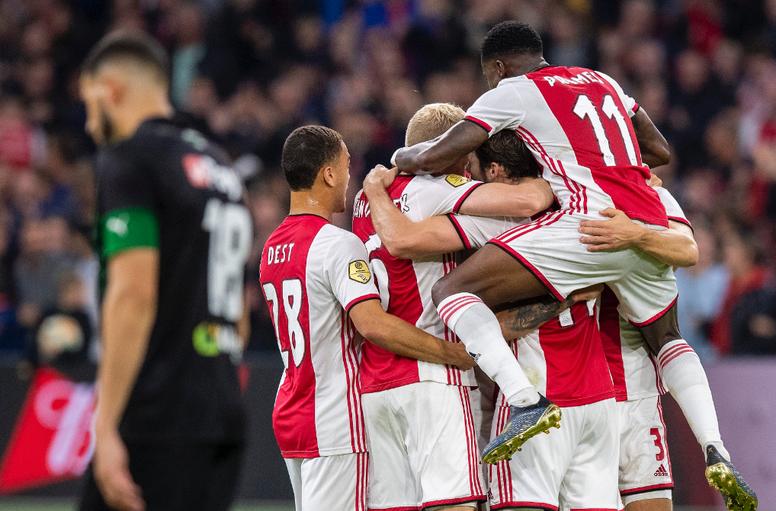 Ajax vence e continua líder. AFCAjax