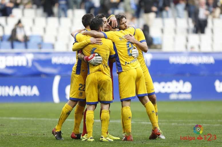 Los jugadores del Alcorcón celebran tras ganar en el Carlos Tartiere al Oviedo. LaLiga