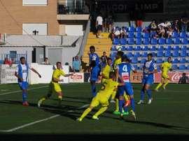 Los jugadores del Alcoyano y el Villarreal 'B', pelean por un balón colgado a una de las áreas. Twitter