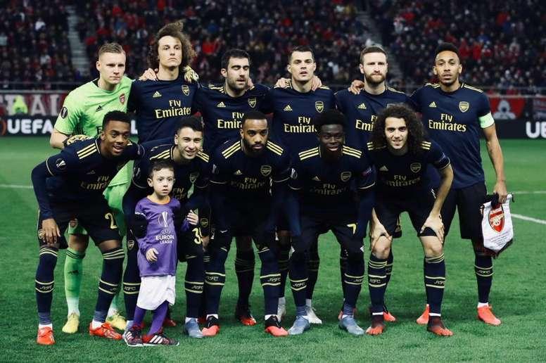 El chico posó con los jugadores del Arsenal. Twitter/Arsenal