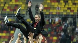 Hace ya cinco años de esta imagen de Simeone manteado por los suyos. EFE