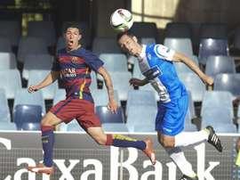 Los jugadores del Barcelona B y el Alcoyano disputan un balón. Twitter