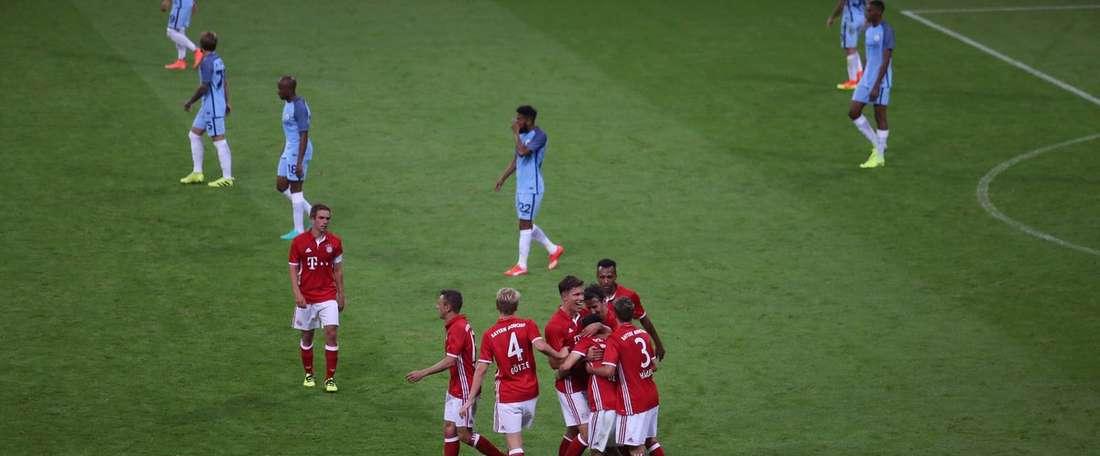 Los jugadores del Bayern celebran el gol de Ozturk. FCBayern